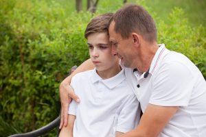 Vater versucht, Sohn zu trösten