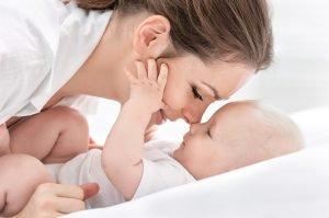 Mutter schmust mit Ihrem Baby