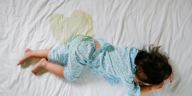 Kind schläft eingenässt