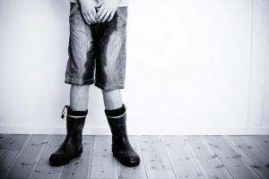 Kind mit nasser Hose