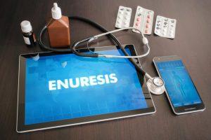 Tablet, Mittel, Tabletten und Stethoskop auf grauen Grund