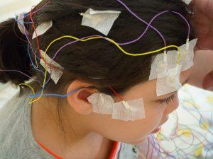 Kind mit EEG-Elektroden