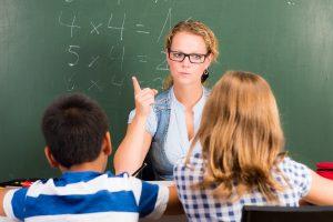 Lehrerin ermahnt Schüler