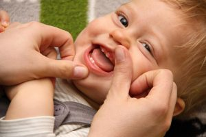 Kind mit ersten Milchzähnen