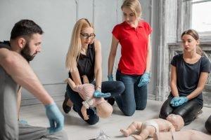 Männer und Frauen im Erste-Hilfe-Kurs für Babys und Kleinkinder