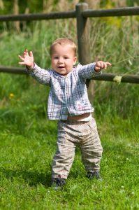 Junge macht seine ersten Schritte