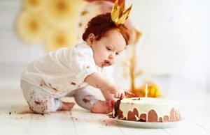Kleinkind mit Kuchen
