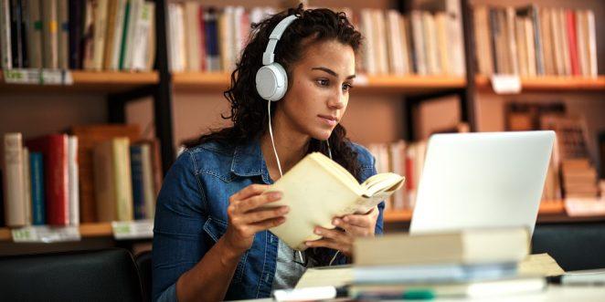 Frau lernt in der Bibliothek