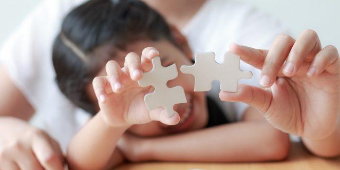 Kind puzzelt