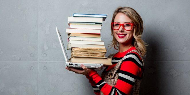 Frau hab Bücher auf Laptop gestapelt
