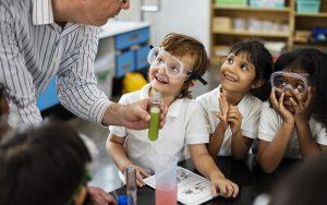 ein lehrer macht mit schuelern ein experiment