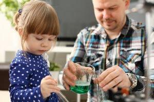Vater experimentiert gemeinsam mit seiner Tochter
