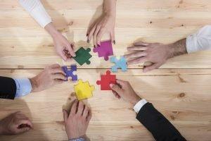 teamwork mit puzzleteilen