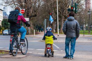 Kind fährt gemeinsam mit dem Vater Rad