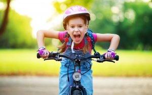 ein 6 jahre altes kind faehrt fahrrad