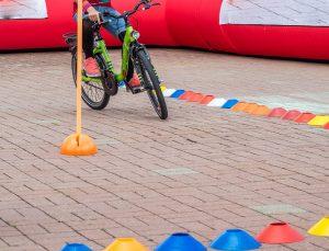 ein kind in einem fahrradparcours