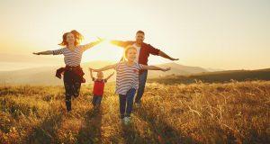 Familie läuft mit ausgebreiteten Armen