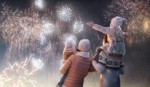 eine Familie sieht sich das Feuerwerk an