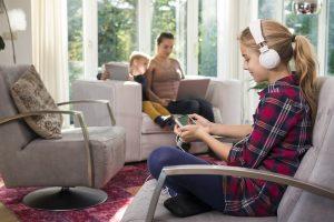 Familie an verschiedenen digitalen Geräten