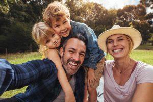 glückliche Familie mit zwei Kindern im grünen