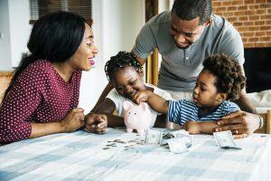 familie spart gemeinsam geld