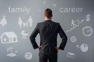 Mann steht vor der Entscheidung für eine Familie oder den Beruf