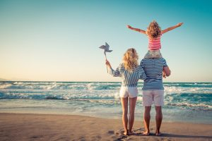 Familie steht am Strand
