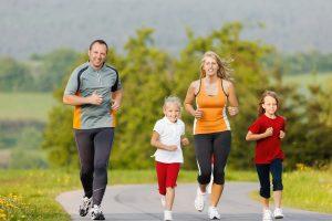 eine Familie beim Jogging