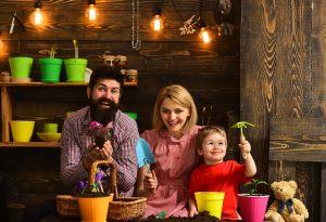 Mutter, Vater und Kind arbeiten an einem Familienprojekt