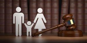 Symbole einer Familie mit einem Richterhammer