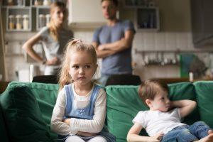 Kinder und Erwachsene streiten sich