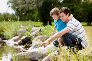 Vater und Sohn schauen ins Wasser