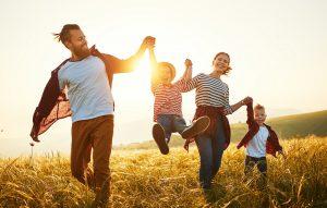 glueckliche familie im sonnenuntergang