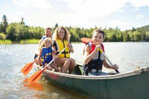 aktive familienzeit beim bootfahren