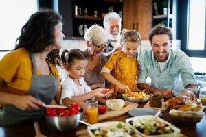 eine grosse familie beim gemeinsamen kochen