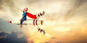 Kind reitet als Superheld auf einer Rakete