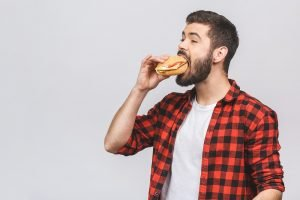 mann isst einen burger