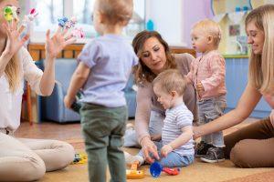 Mütter machen mit ihren Kindern verschiedene Spiele