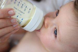 baby wird mit der flasche gefuettert