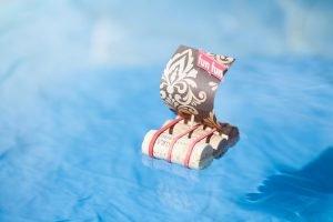 ein mit korken gebasteltes floss schwimmt auf dem wasser