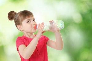 mit Flüssigkeit versorgen