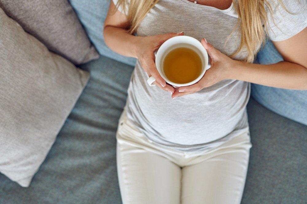 frau trinkt frauenmanteltee in der schwangerschaft