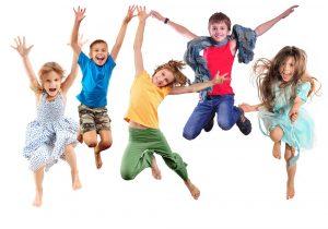 Kinder springen umher