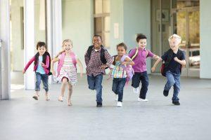 Kinder rennen ausgelassen
