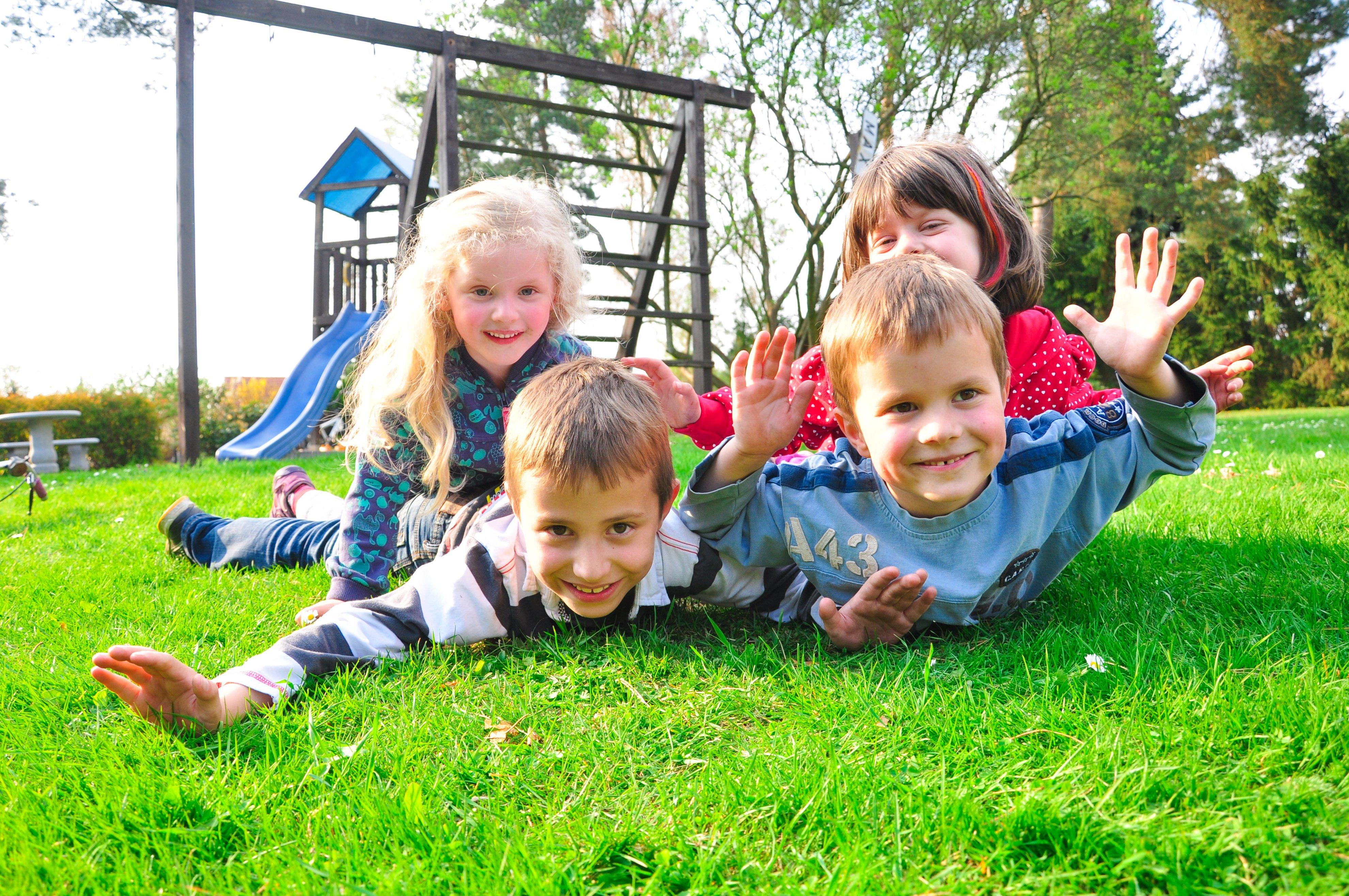 Kinder beim spielen auf Wiese