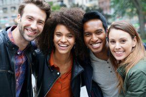 Freunde lächeln in die Kamera