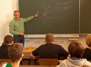 ein lehrer unterrichtet mathematik vor der klasse