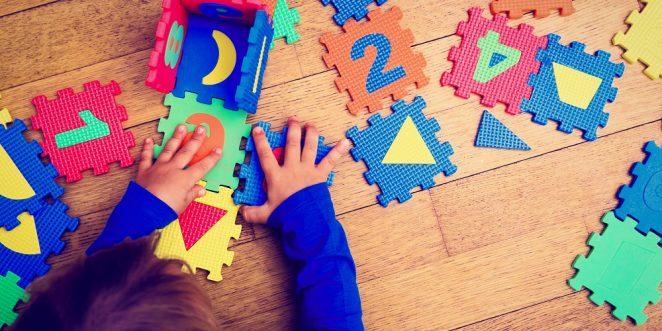 Kind steckt Spielzeug zusammen