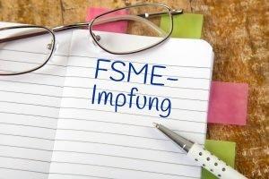 Eintrag in einem Notizbuch: FSME-Impfung