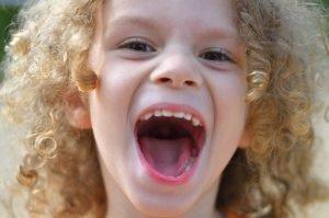 Kind mit ausgerissenem Mund
